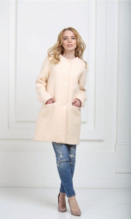 Пальто без воротника кремовое