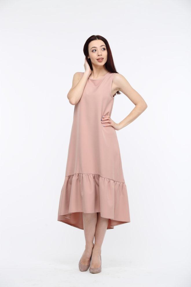 Длинное бежевое платье с воланами из костюмки
