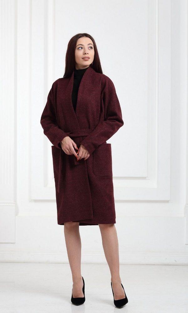 Бордовое пальто средней длины