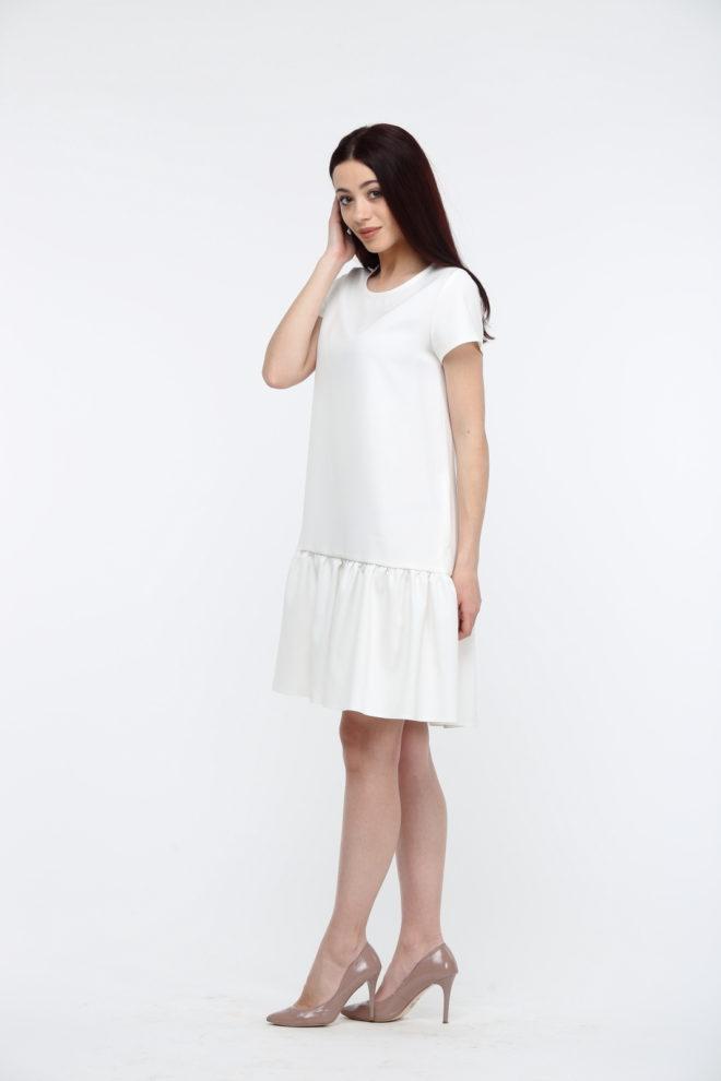 Белое платье с воланами и коротким рукавом
