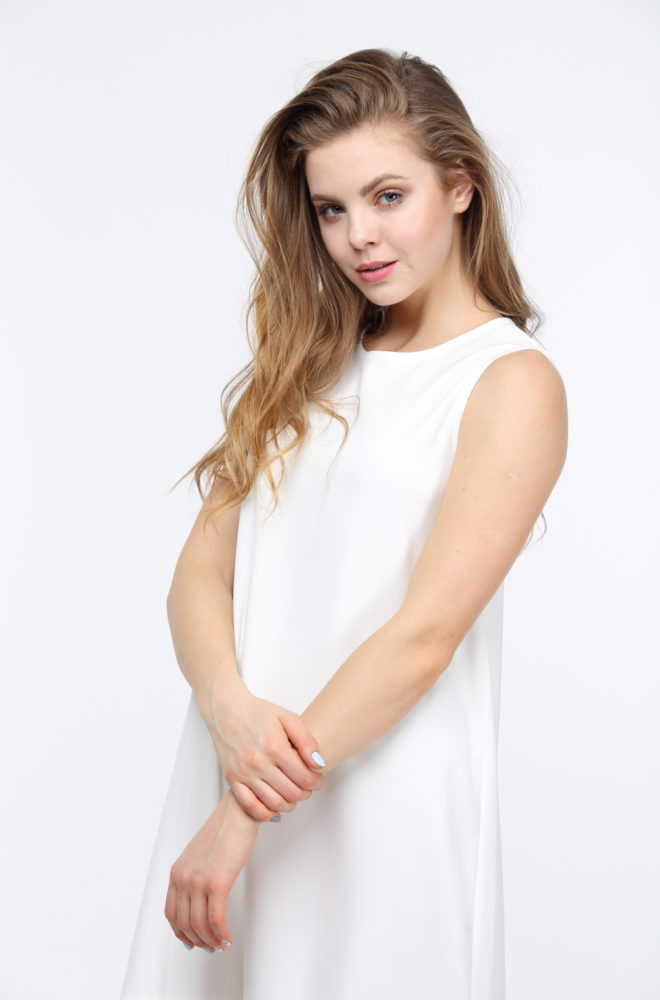 Длинное белое платье с воланами из костюмки