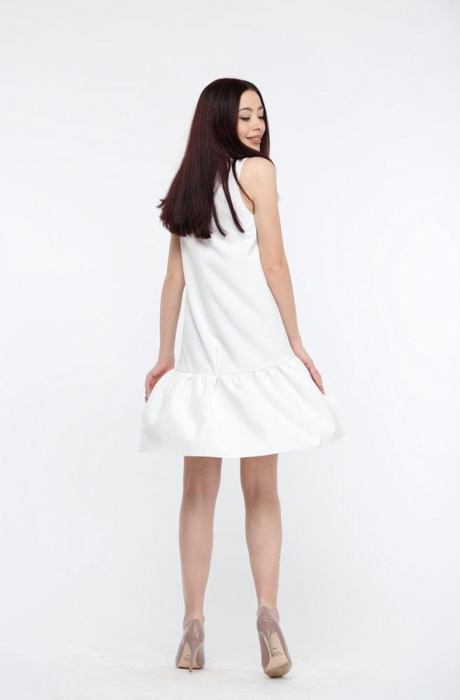 Белое платье с воланами из костюмки