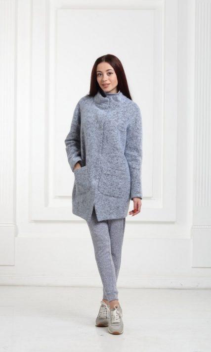 Короткое голубое пальто