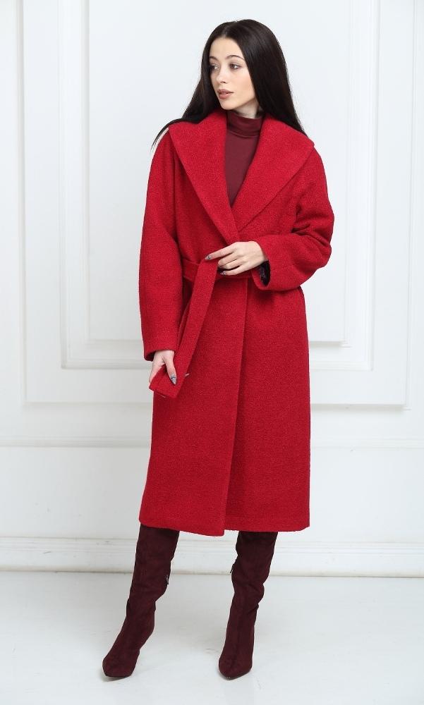Длинное пальто красного цвета