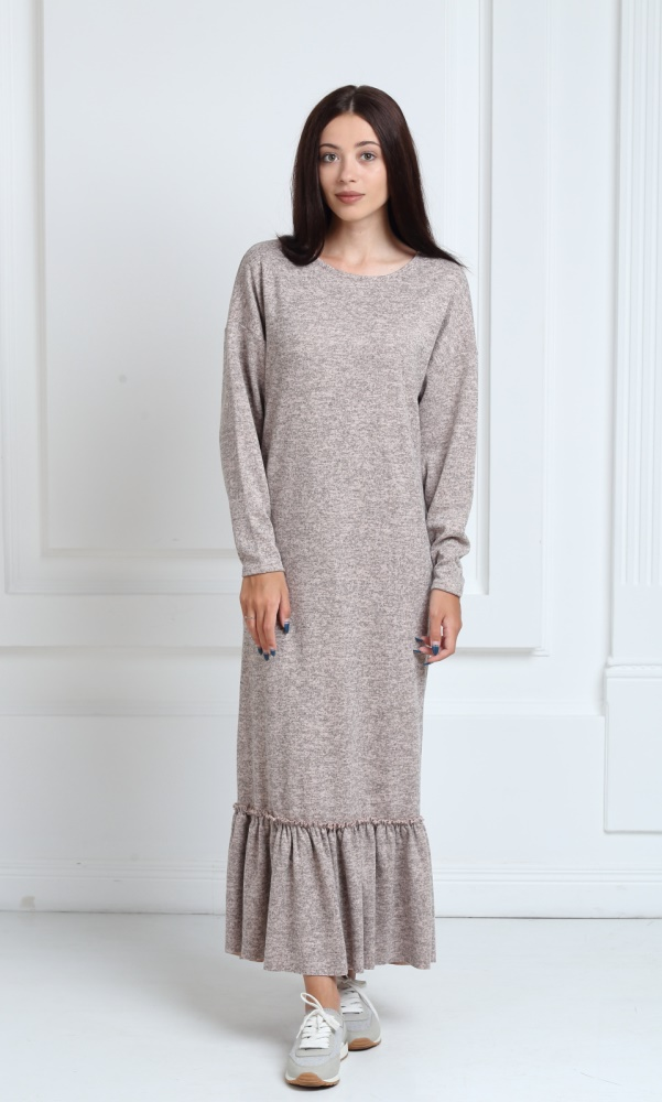 Длинное трикотажное платье бежевого цвета