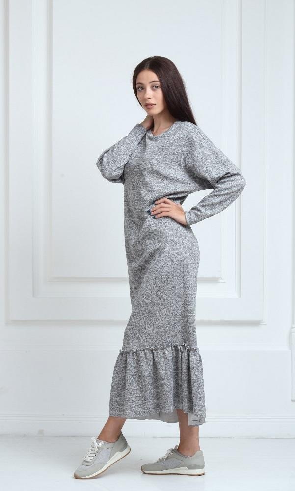 Длинное трикотажное платье серого цвета