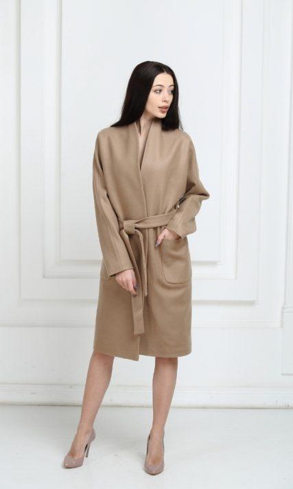 Пальто бежевого цвета средней длины