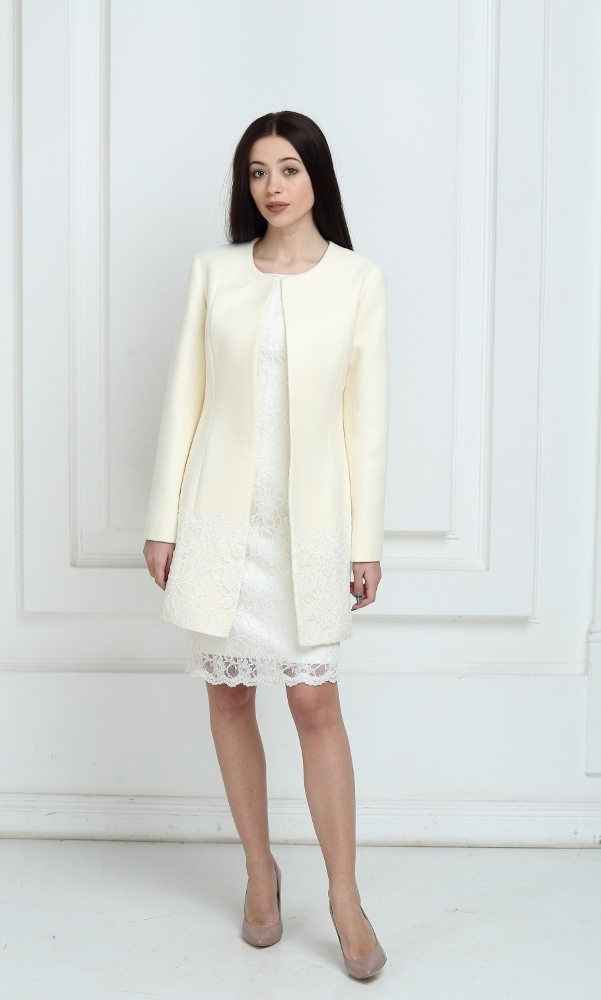 Пальто молочного цвета с кружевом