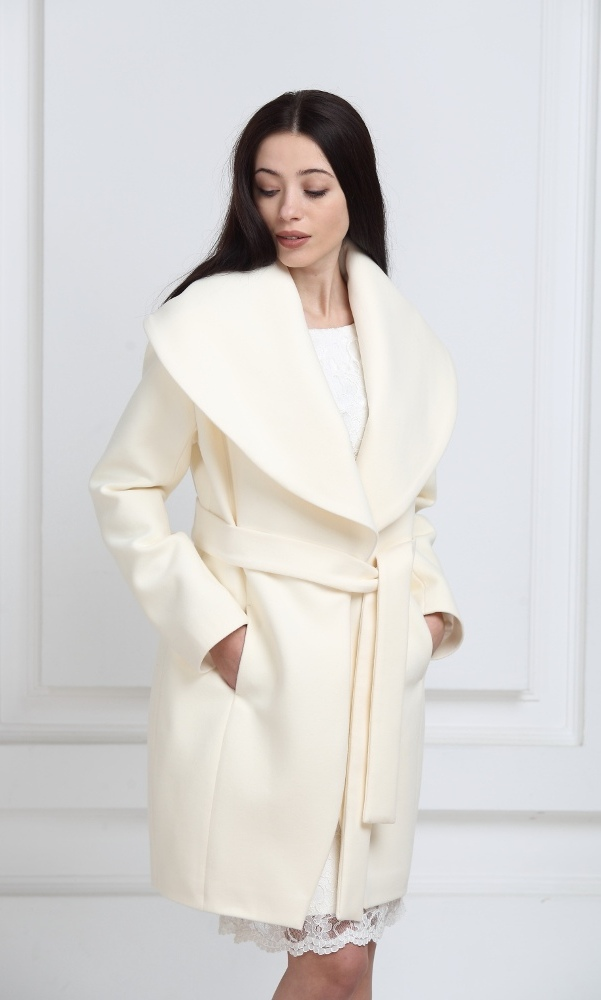 Пальто молочного цвета средней длины с воротником