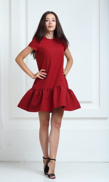 Платье цвета марсала с короткими рукавами и воланами