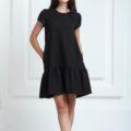 Платье черного цвета с короткими рукавами и воланами