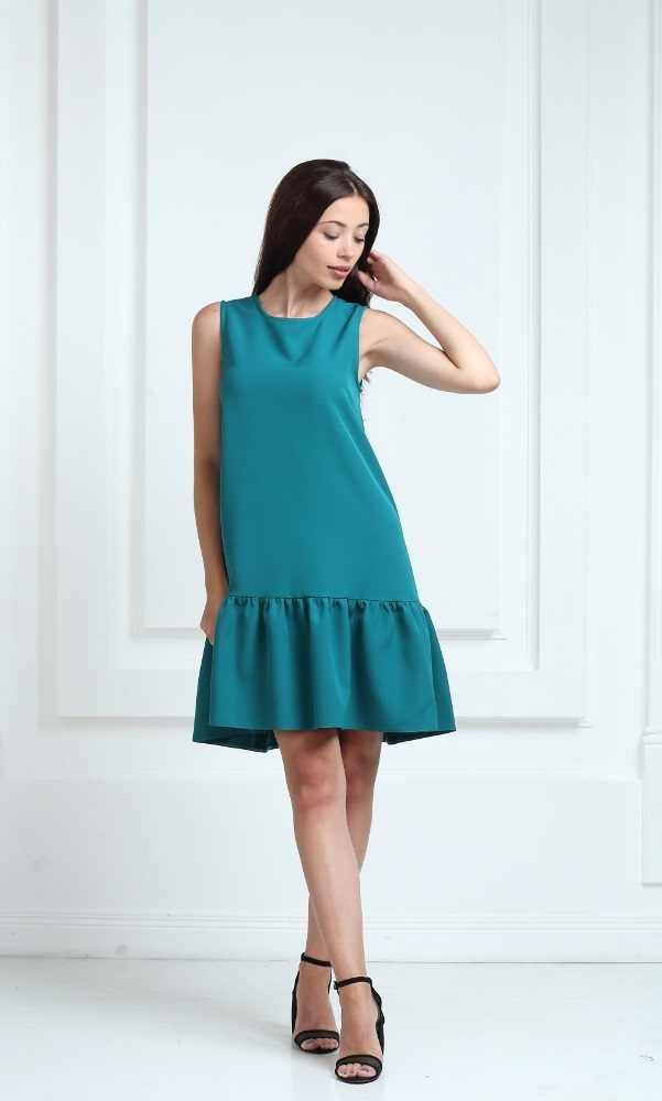 Платье зеленого цвета с воланами