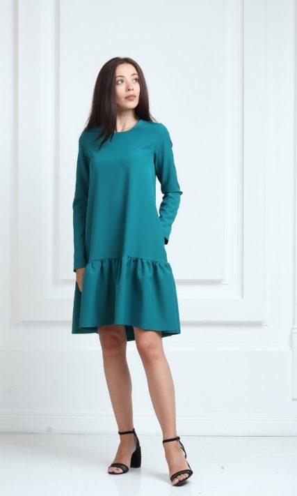 Платье зеленого цвета с рукавами и воланами
