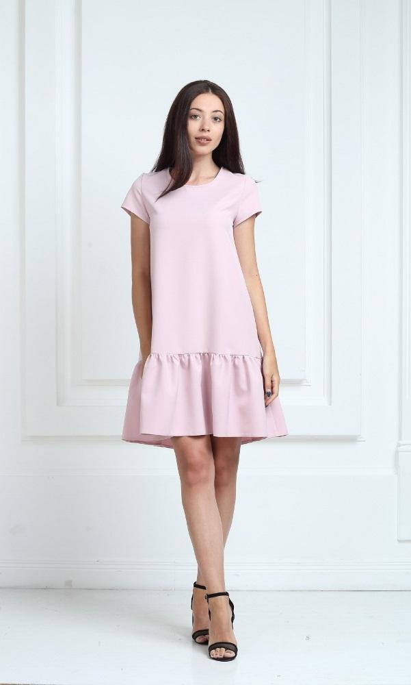 Платье цвета пудра с короткими рукавами и воланами