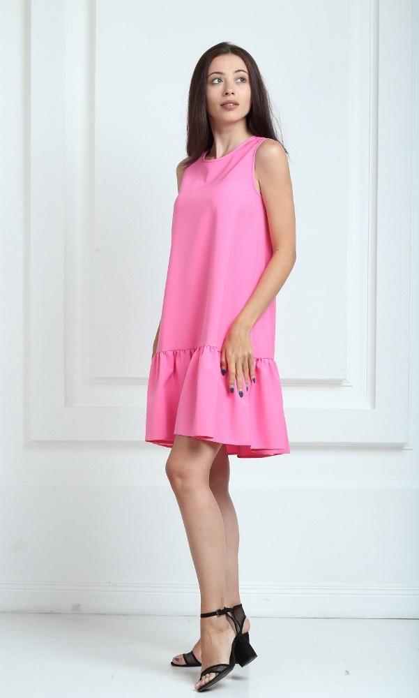 Платье ярко-розового цвета с воланами