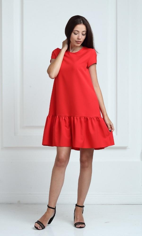 Платье красного цвета с короткими рукавами и воланами