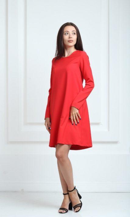 Платье красного цвета с длинными рукавами