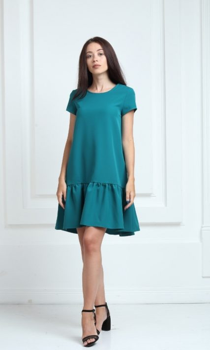 Платье зеленого цвета с короткими рукавами и воланами