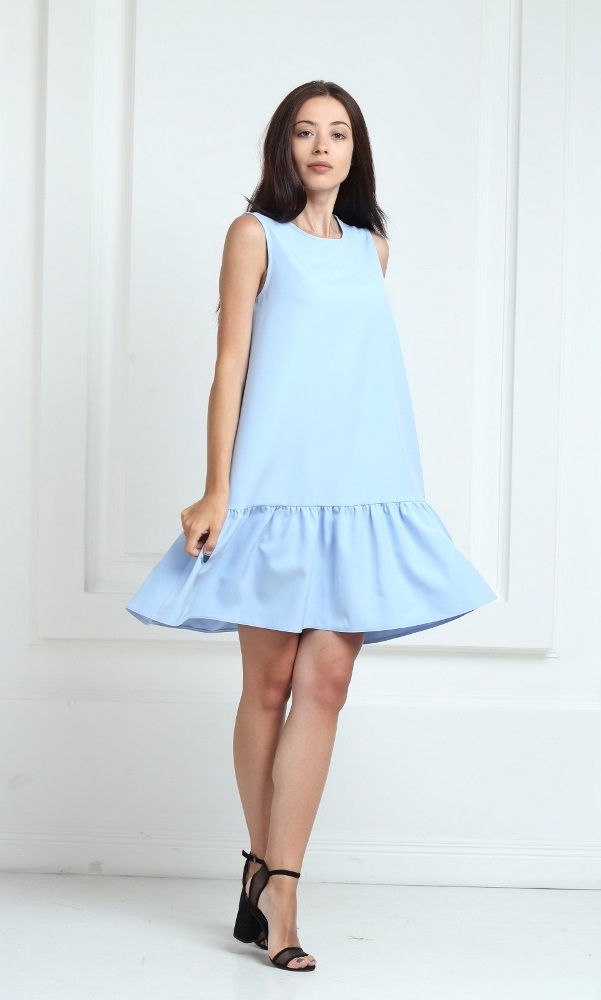 Платье голубого цвета с воланами