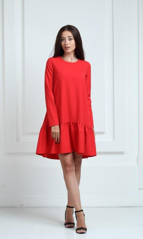 Платье красного цвета с рукавами и воланами