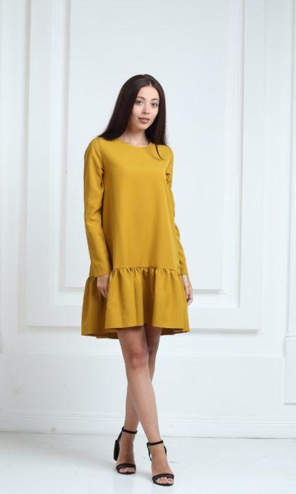 Платье горчичного цвета с рукавами и воланами