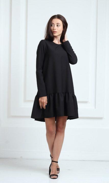 Короткое платье черного цвета с длинными рукавами и воланами