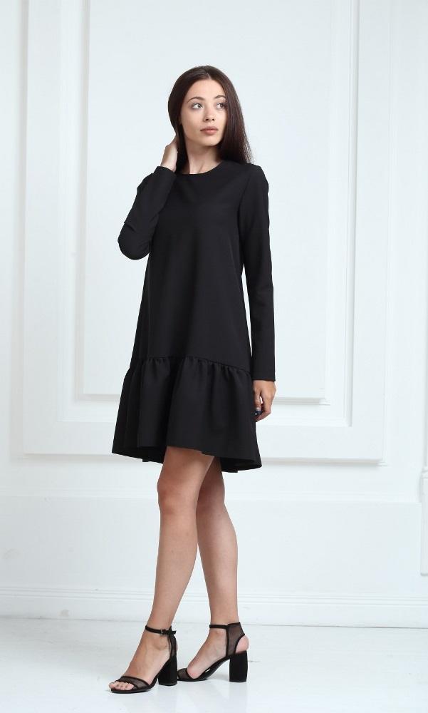 Платье черного цвета с рукавами и воланами
