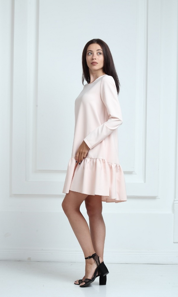 Платье молочного цвета с рукавами и воланами