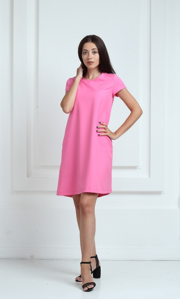 Платье ярко-розового цвета с короткими рукавами