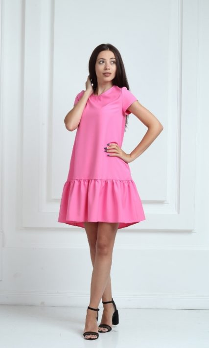Платье ярко-розового цвета с короткими рукавами и воланами