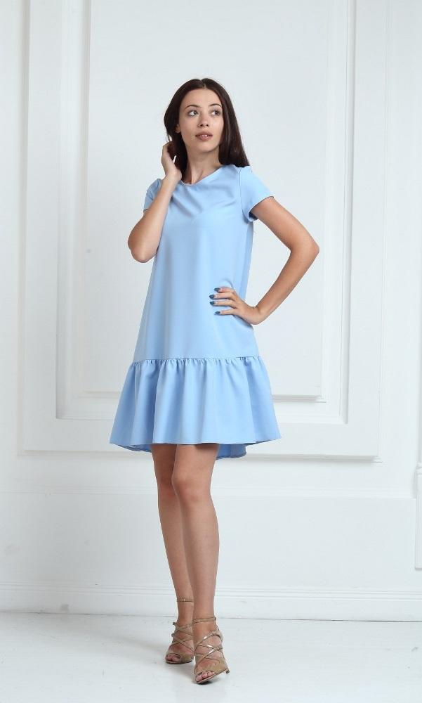 Платье голубого цвета с короткими рукавами и воланами