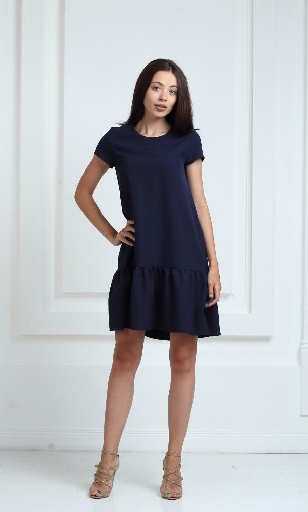 Платье синего цвета с короткими рукавами и воланами