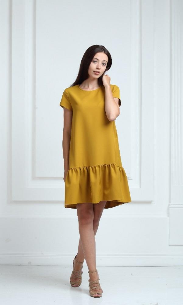 Платье горчичного цвета с короткими рукавами и воланами
