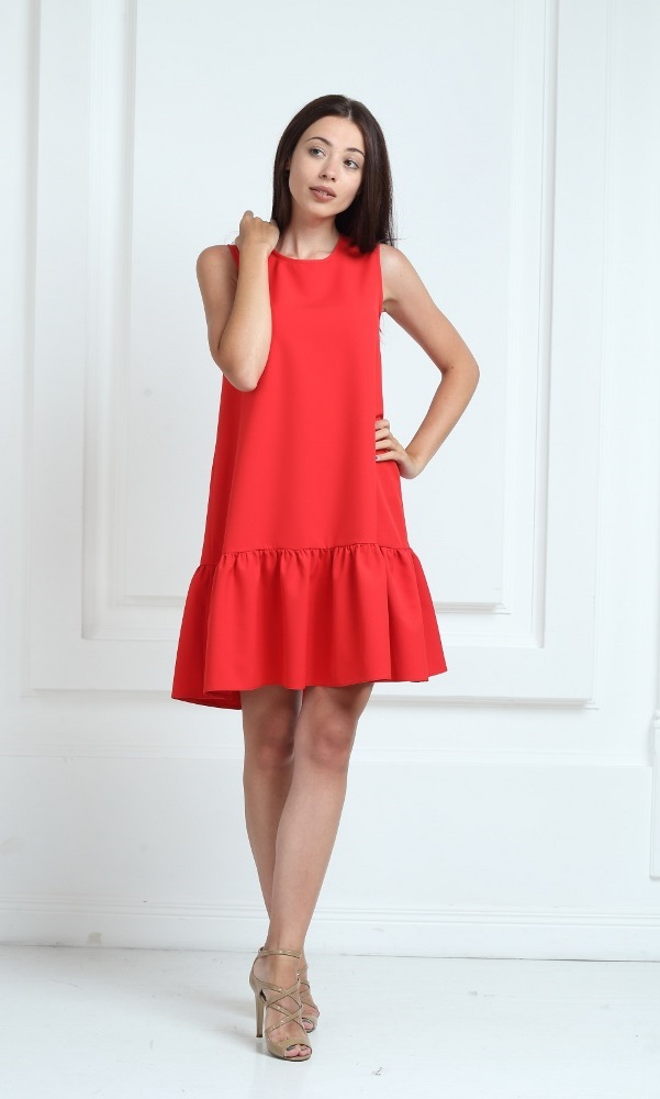 Платье красного цвета с воланами
