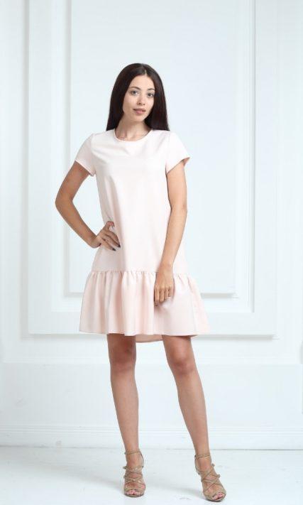 Платье молочного цвета с короткими рукавами и воланами