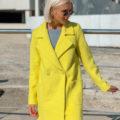 Короткое ярко-желтое пальто