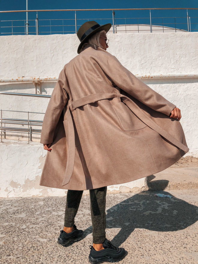 Бежевое пальто оверсайз